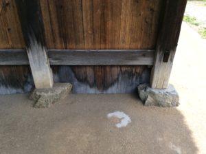 古民家の外柱と礎石の写真